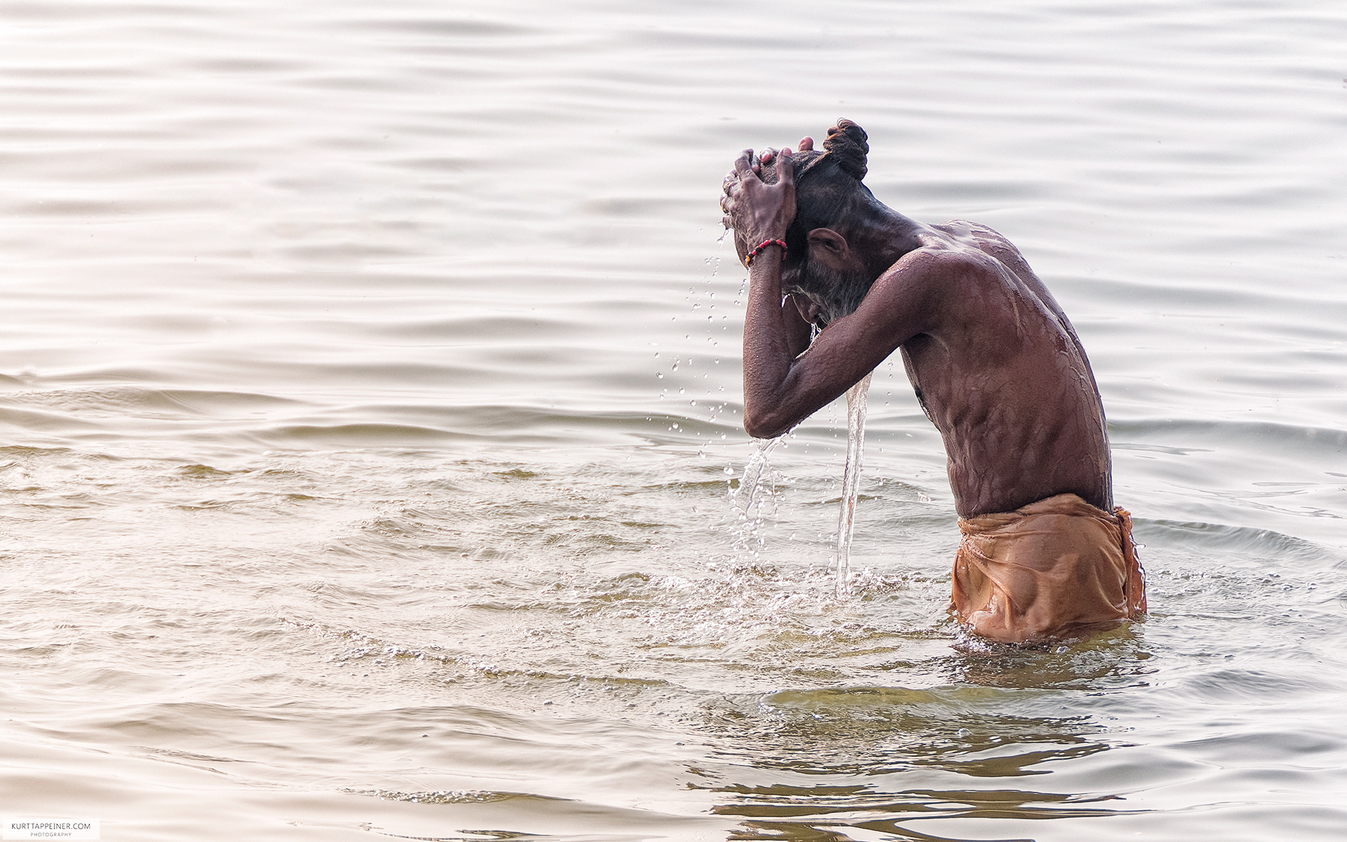 The morning bath in the Ganges
